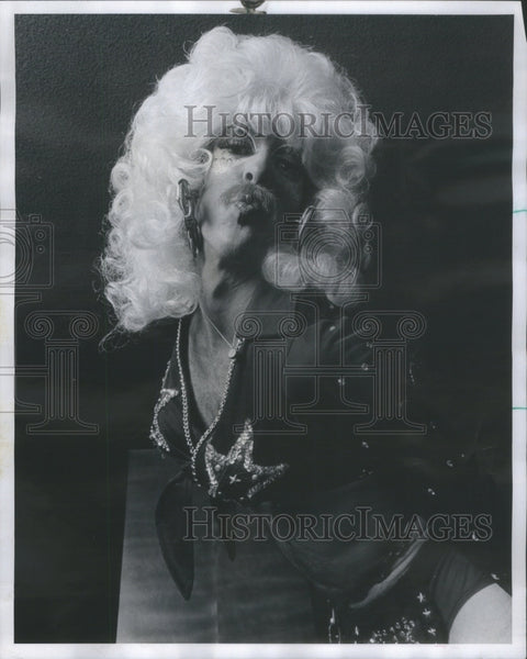 1975 Press Photo Gloria Cycle Slut Gina Kowalski Playboy Club hot dog Connie - Historic Images
