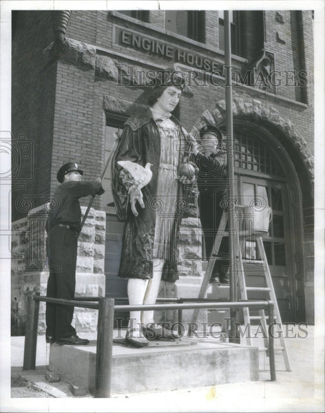 1959 Press Photo Chicago Engine House Christopher Columbus Statue Being Cleaned - Historic Images