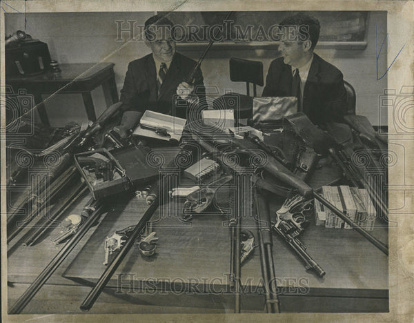 1969 Press Photo US Atty Thomas Foran weapons Riverside home Felix Alderisio - Historic Images