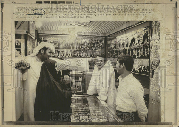 1971 Press Photo Couple purchasing gold in Kuwait. - Historic Images