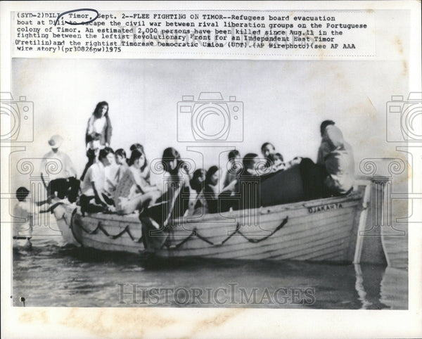 1975 Press Photo A boat carrying refugees escaping civil war Portuguese Timor - Historic Images