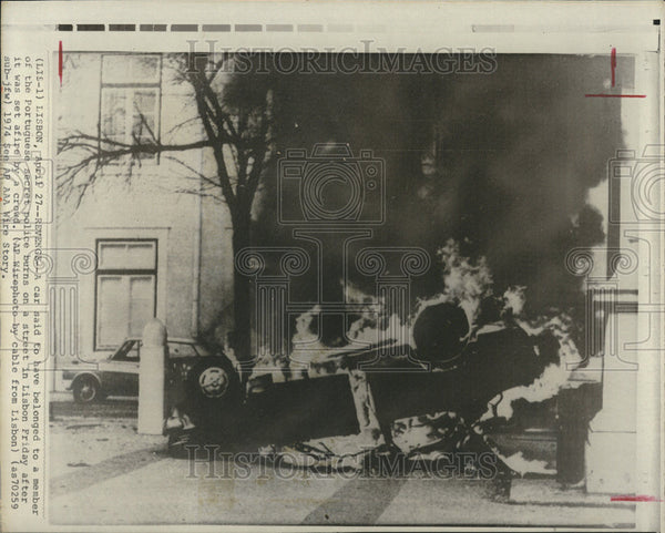 1974 Press Photo Car belonging to a member of the Portuguese secret police burn - Historic Images