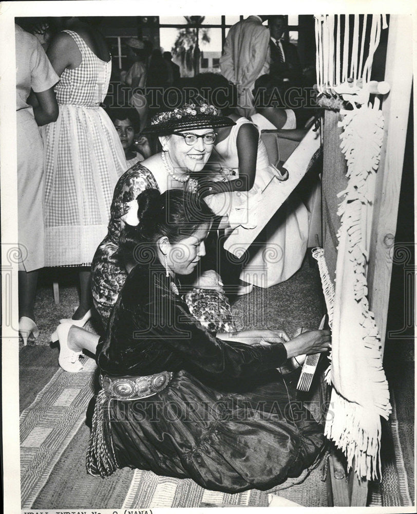 1962 Press Photo Native American Woman Using Loom - Historic Images