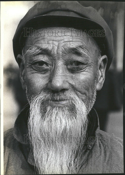 1979 Press Photo An Elderly Chinese in Peking Wears a Full Flowing Beard - Historic Images