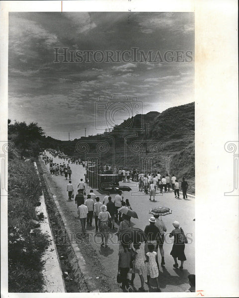 1979 Press Photo Train passengers Ba Da Ling Great Wall China Umbrellas - Historic Images