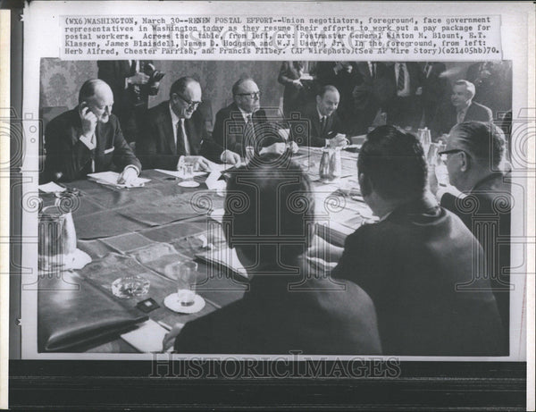 1970 Press Photo Union Negotiators Foreground Face Government Blount Klassen - Historic Images