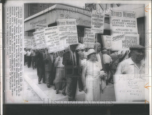 1965 Press Photo 500 retired workers picketing Americana Hotel New York Medical - Historic Images