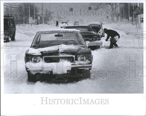 1968 Press Photo WOODHAVEN DAVE ZALEWSKI DIGS CAR - Historic Images