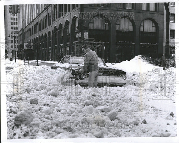 1965 Press Photo Detroit Storm Anthony Cassidy Shovel Car Fisher Building - Historic Images