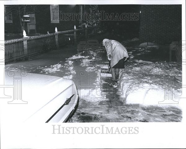 1965 Press Photo Detroit Storm Woman Driveway Clearing - Historic Images