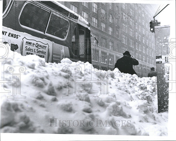 1965 Press Photo Woodward ave. at Grand River bus stop covered with snow - Historic Images