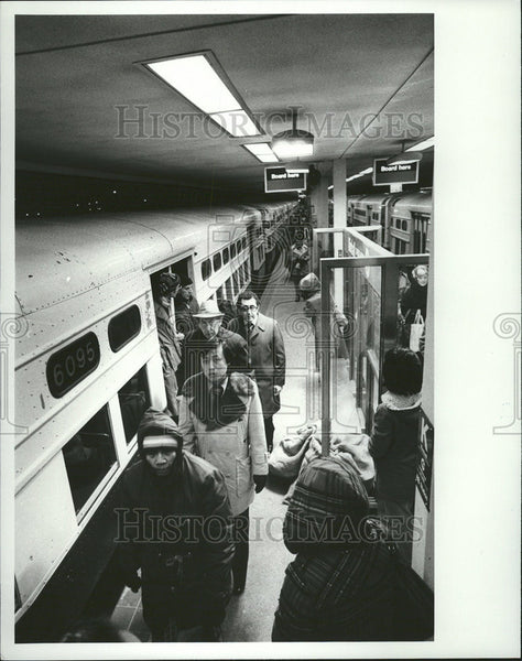 1979 Press Photo Lucky Commuters Caught Trains Disimbard Kimball Lawrence - Historic Images