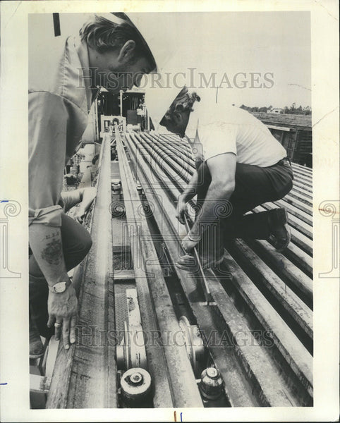 1976 Press Photo Chemetron Produce Continuous Weld Track Conrail Ohio Steel - Historic Images