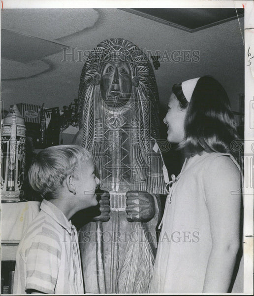 1962 Press Photo Wooden Native American Indians Statue - Historic Images
