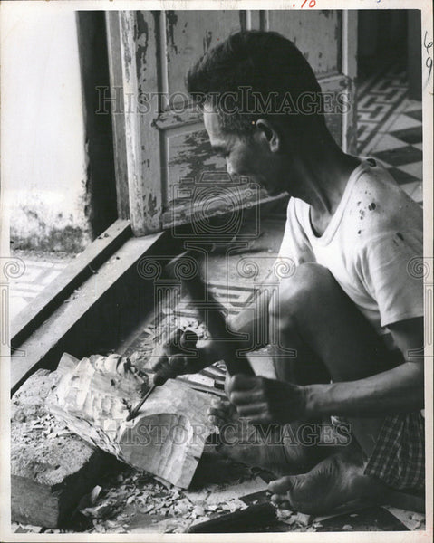 1970 Press Photo Vietnam City Hue Carving - Historic Images