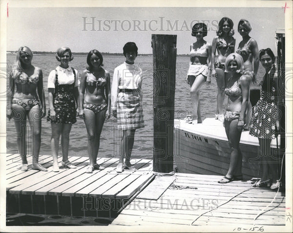 1969 Press Photo Beauty contestants get acquainted. - Historic Images