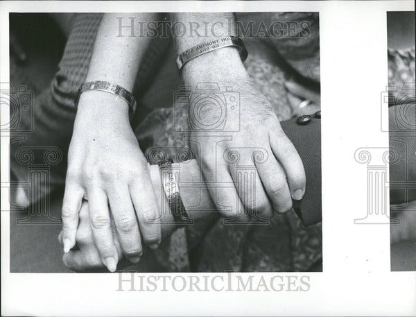 1972 Press Photo Fred Pow Mia bracelet Maj Thomas Collins II Tony Lopez - Historic Images