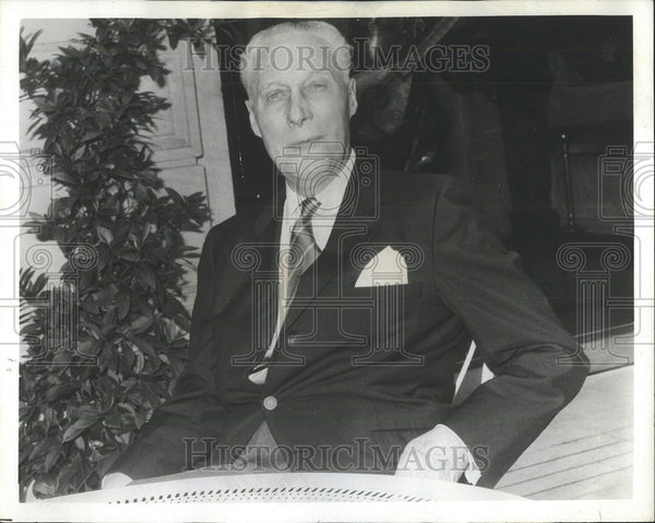 1929 Press Photo Max Blouet Hotelman snap black suit Sofa Pose Sit Trouser - Historic Images
