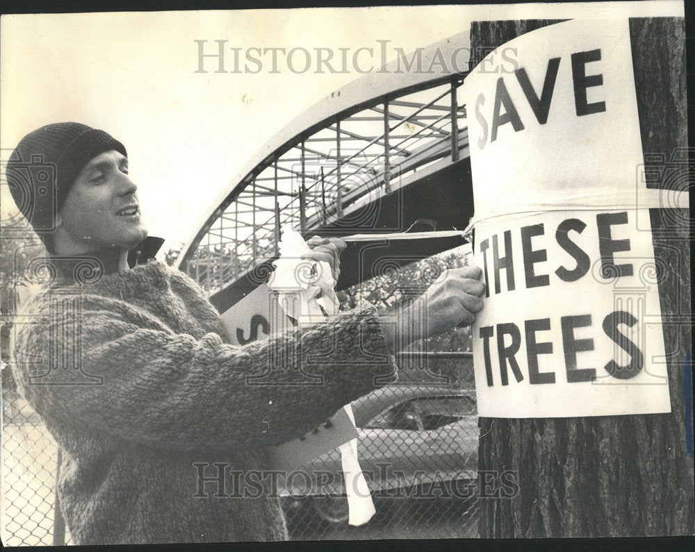 1965 Press Photo Stuart Chase Ties A Sign Around A Tree - Historic Images