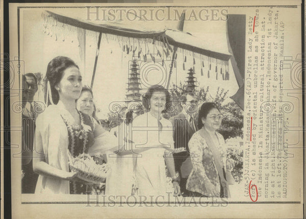 1975 Press Photo Lady Betty Ford Miniature culture attraction Madame Suharto - Historic Images