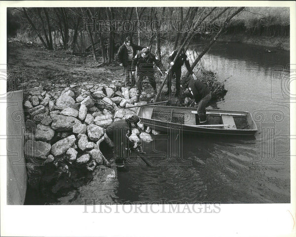 Press Photo Micheal Des Forgbs Jr Search stream ambulance - Historic Images