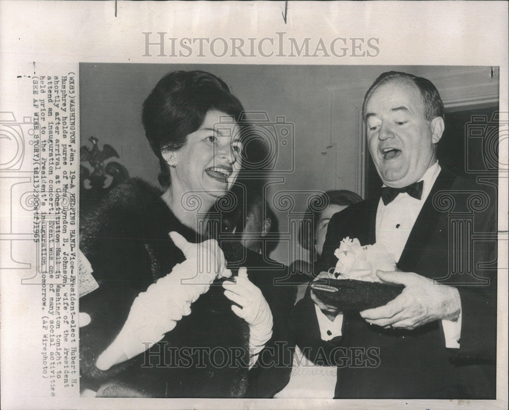 1965 Press Photo Vice President Elect Hubert Humphrey Purse Mrs Lyndon Johnson - Historic Images
