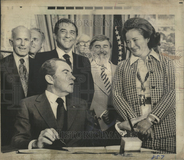 1975 Press Photo President Nixon Turn Nancy Hank Sign Document Washington Art - Historic Images