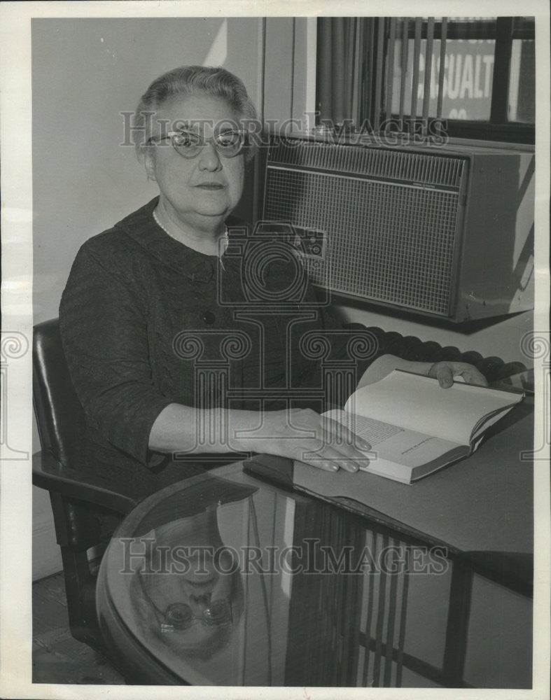 1965 Press Photo Sore loeb Association Randolph office Family Living desk Louis - Historic Images