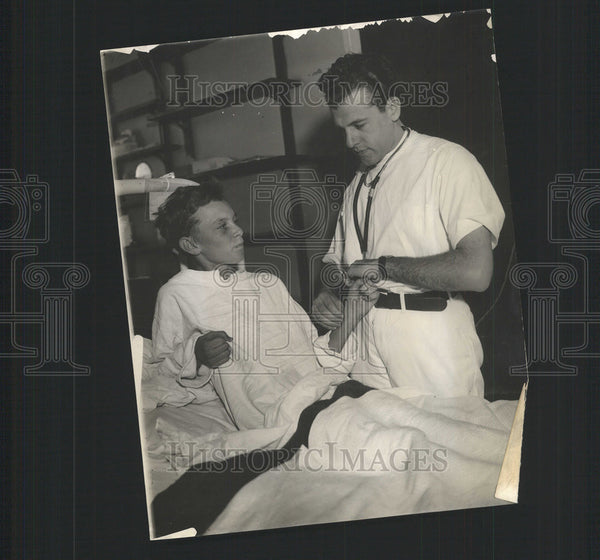 1937 Press Photo Harrison King Jr. Poisoned From Relief Rations/Dr. Jack Bailen - Historic Images