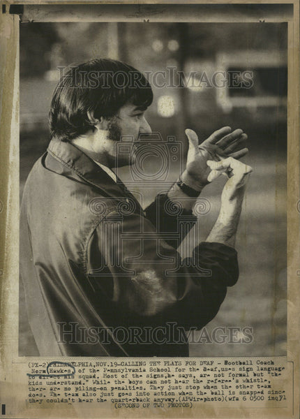 1971 Press Photo Football Coach Nerm Hawkes Pennsylvania School Sign Language - Historic Images
