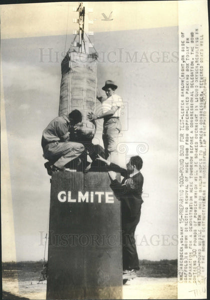 1940 Press Photo Lester Barlow Directing Removal Huge Bomb Copper Pack Box - Historic Images