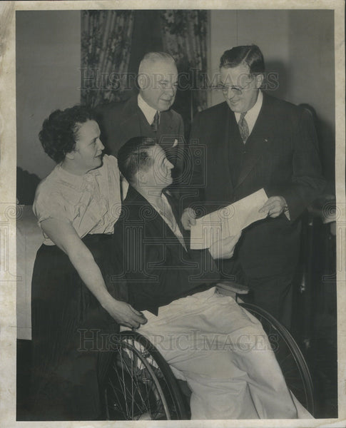 1951 Press Photo Robert Niemeyer receives check from employees of Bowman Milk Co - Historic Images