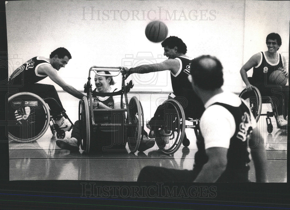 1989 Press Photo Reporter Larry Weintraub playing basketball - Historic Images