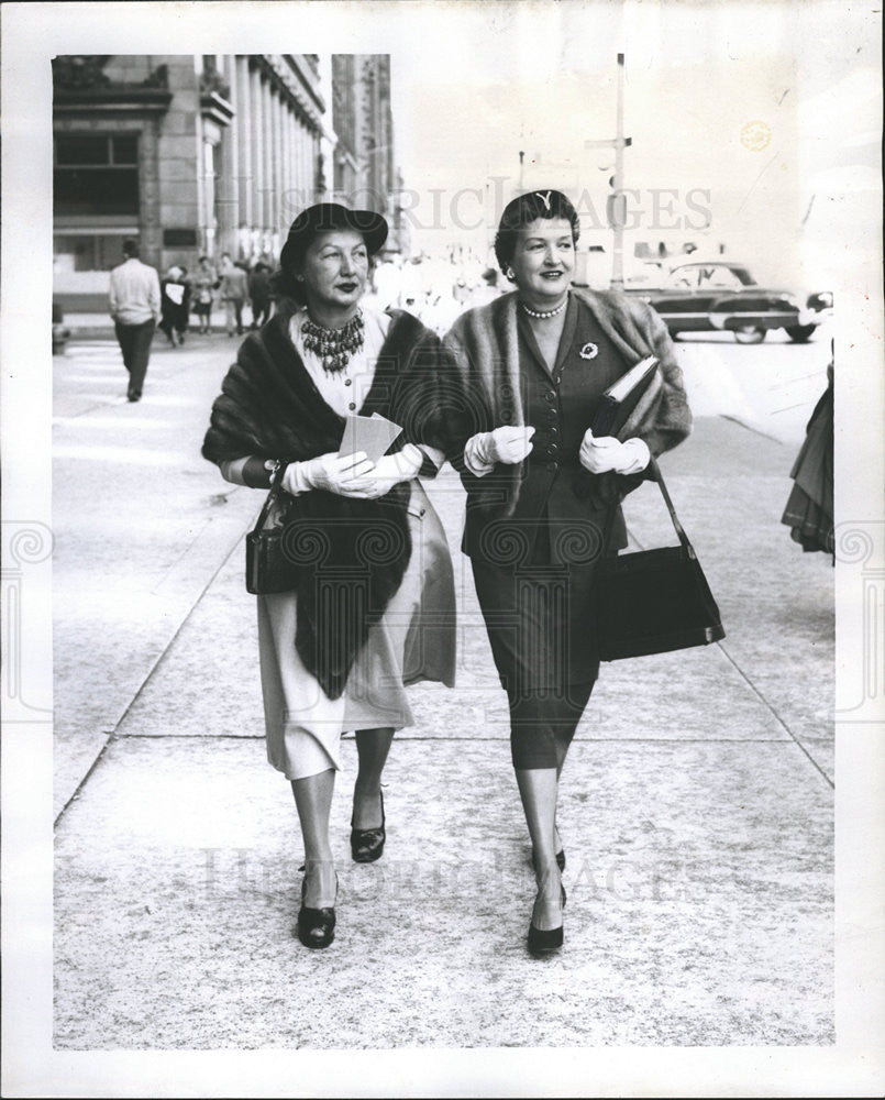 1953 Press Photo Mrs. Judson Large and Mrs. Ross Byron on the way to meeting - Historic Images