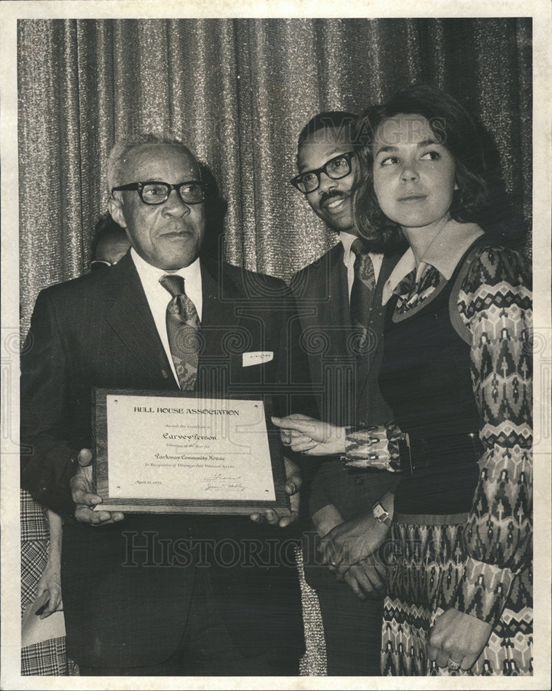 1972 Press Photo Carvey Person awarded by Hull House Association - Historic Images