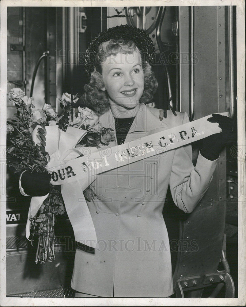 1949 Press Photo Actress Kay Christopher at Dearborn station w/ bouquet flowers - Historic Images