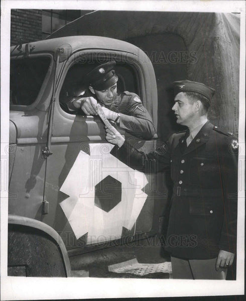 1945 Press Photo COL. I. SEWELL MORRIS TRANSPORTATION OFFICER PFC. LLOYD BENNETT - Historic Images