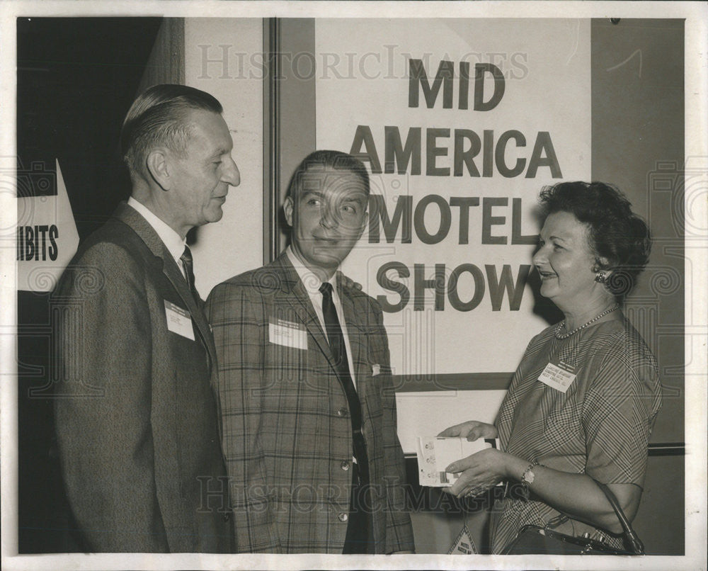 1961 Press Photo Visitors at the American Motel Association show - Historic Images
