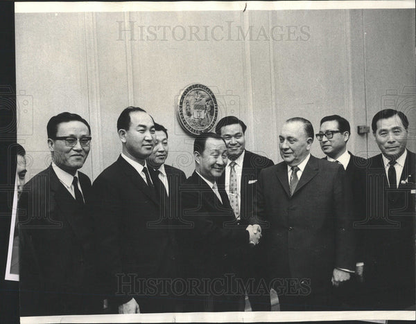 1959 Press Photo Chinese Businessmen Finalize A Deal - Historic Images