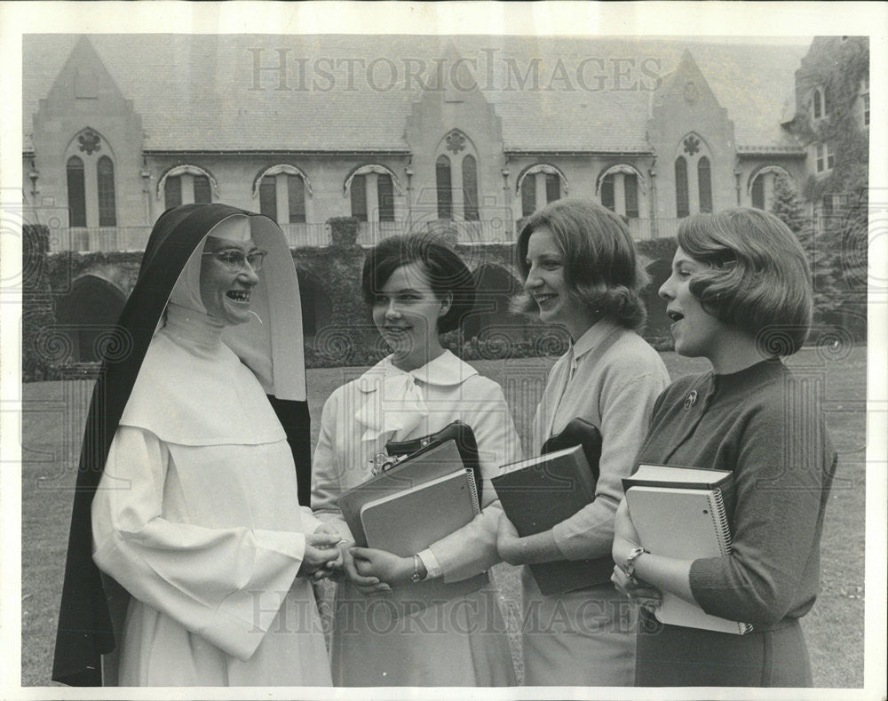 1964 Press Photo Sister M.Candida of Rosary College welcomes students - Historic Images