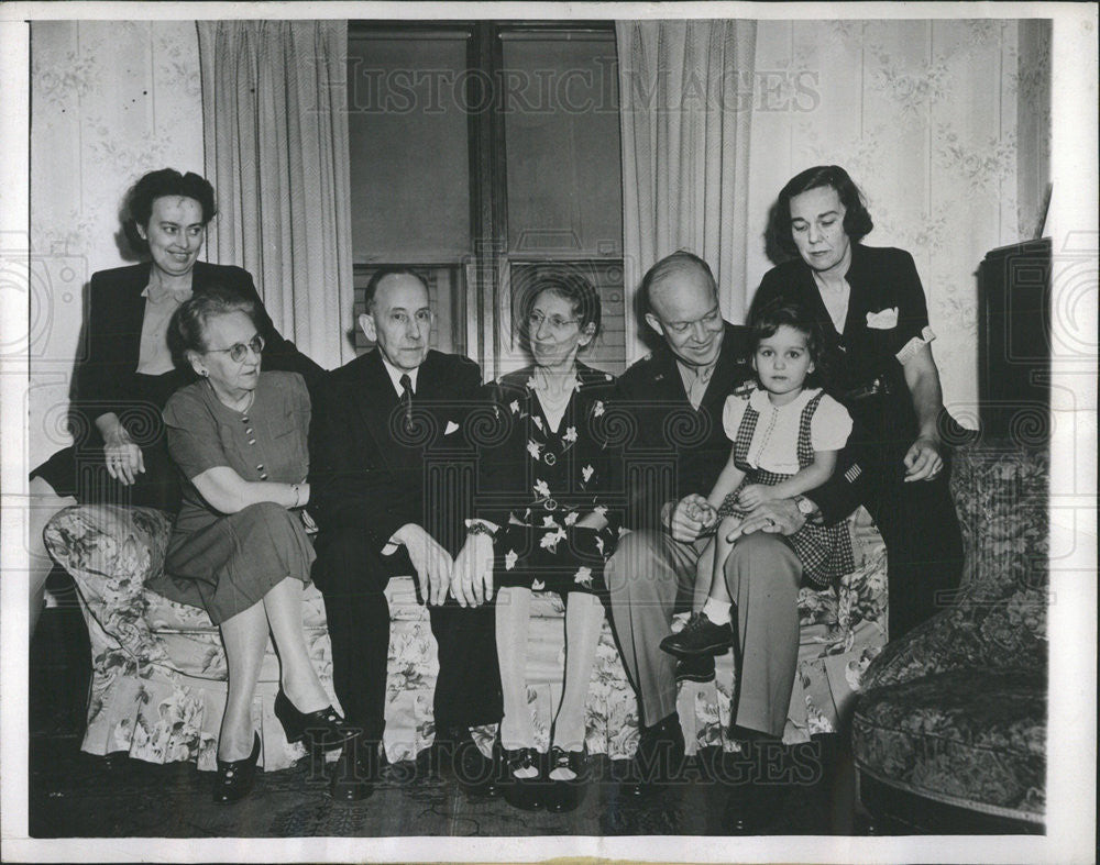 1945 Press Photo Gen. Dwight D. Eisenhower with Mrs. Eisenhower's relatives - Historic Images