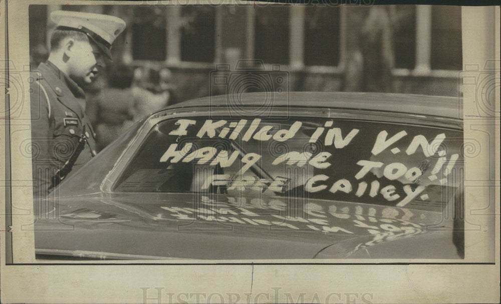 1971 Press Photo Window Of Car Is Paint With Sign Calling Release Of Calley Jr - Historic Images