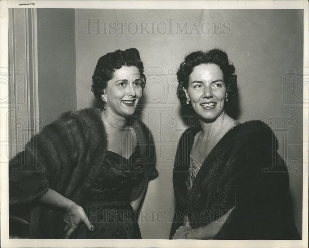1953 Press Photo Mrs William Salisbury and Mrs William Sexton - Historic Images