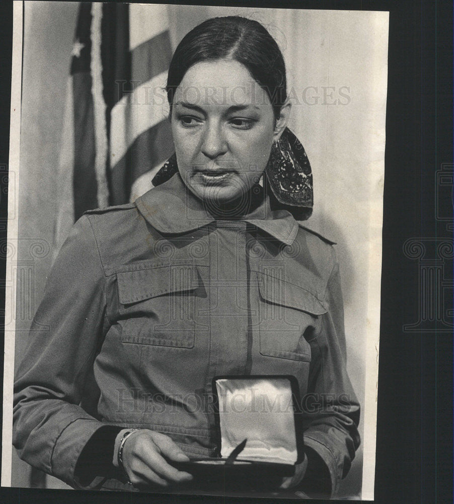 1972 Press Photo Mrs Linda Vores Martin Widow Of Martin Holds Medal Of Merit - Historic Images