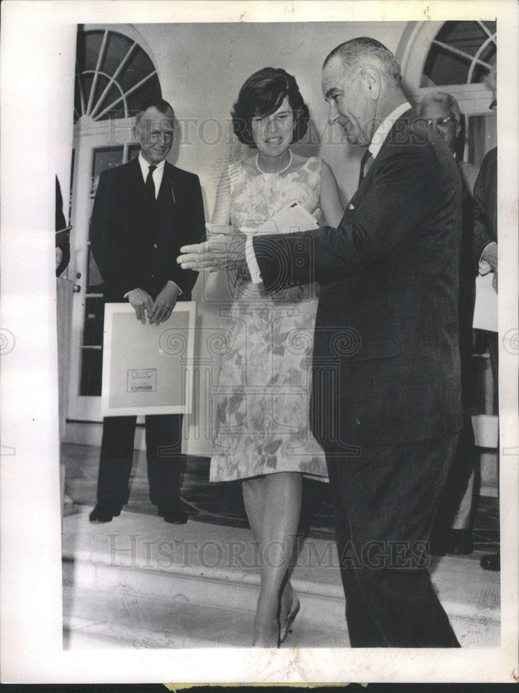 1964 Press Photo Johnson Introduces Mrs Eunice Shriver At Rose Garden Ceremony - Historic Images
