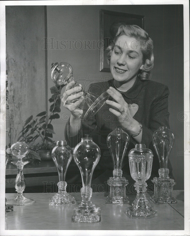 1958 Press Photo Mrs. David Macfarland holding a whale oil lamp in used in 1830 - Historic Images
