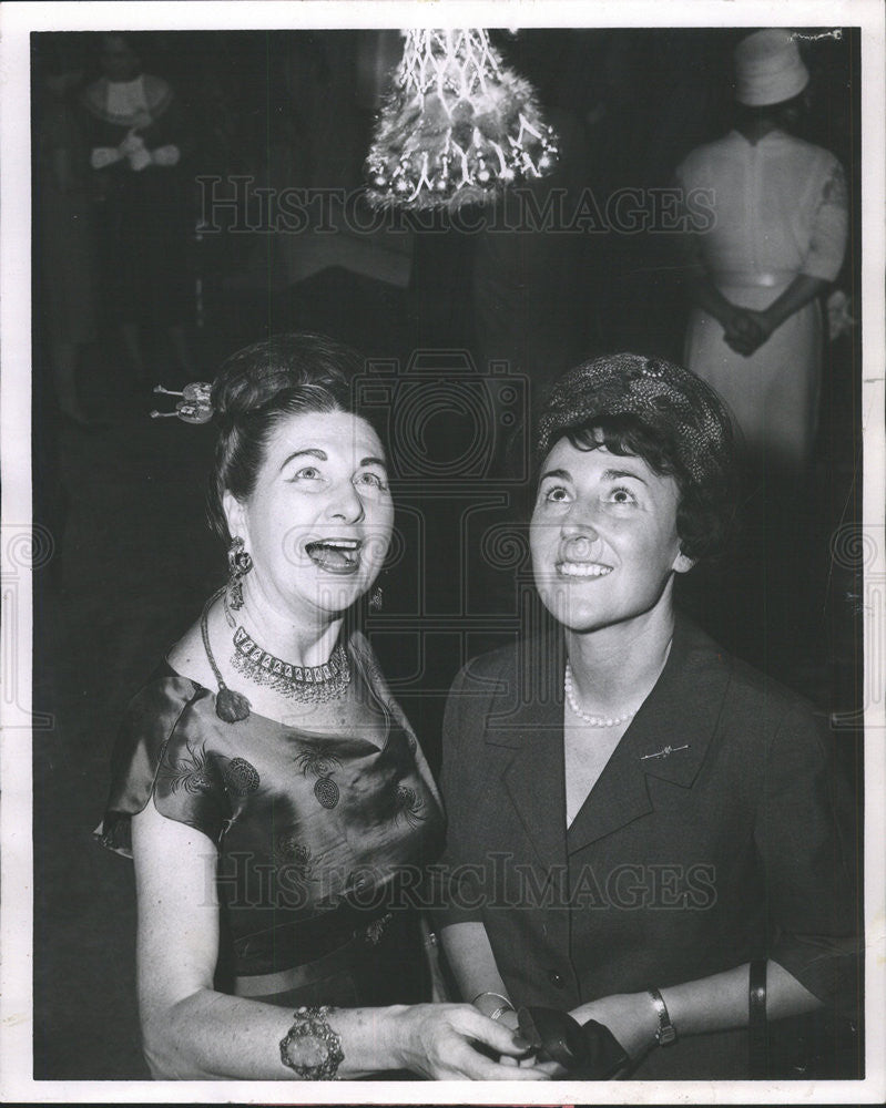 1962 Press Photo Mrs. Howard Peterson and German Consul Gen Wife Guenther Motz - Historic Images