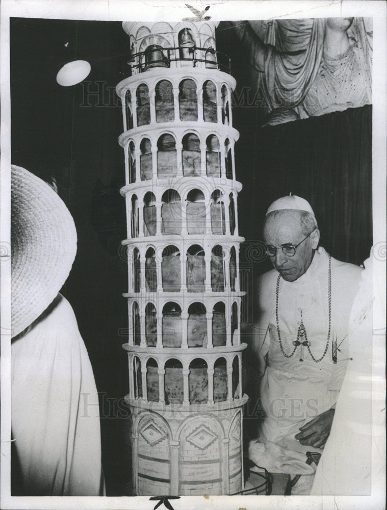 1955 Press Photo Pope Pius XII with replica of Leaning Tower Pisa - Historic Images
