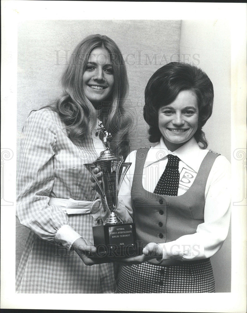 1972 Press Photo Mary DeBarbrie hands Diane McMullen the Marion Ladewig Trophy - Historic Images