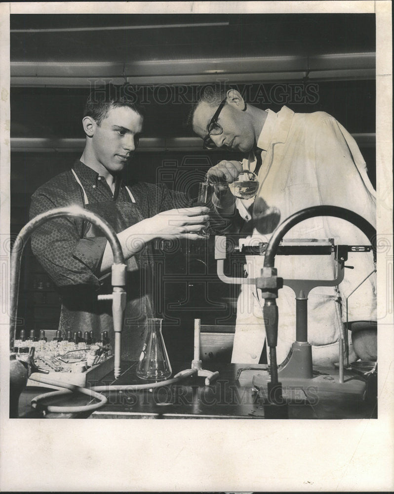 1963 Press Photo Chuck Redman does chemistry work in Highland Park laboratory - Historic Images
